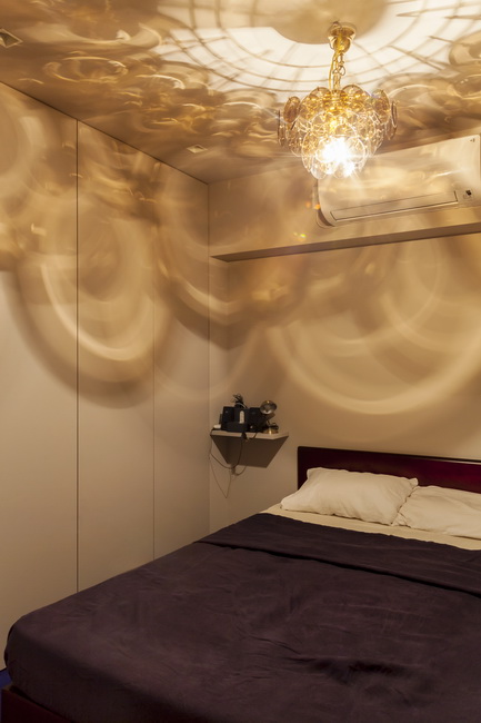 コンパクトな寝室には扉付きのクロゼットと、影の出方が奇麗なシャンデリア