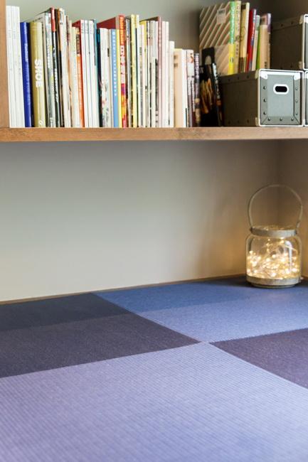 青い畳が空間のアクセントとなる