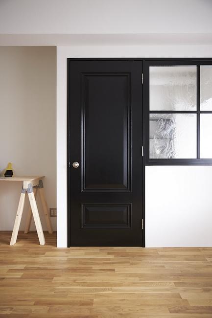 印象的な重厚感のあるモールディングのドア