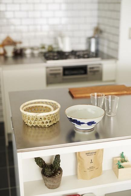 キッチンの天板は、汚れや傷に強いバイブレーション仕上げのステンレス