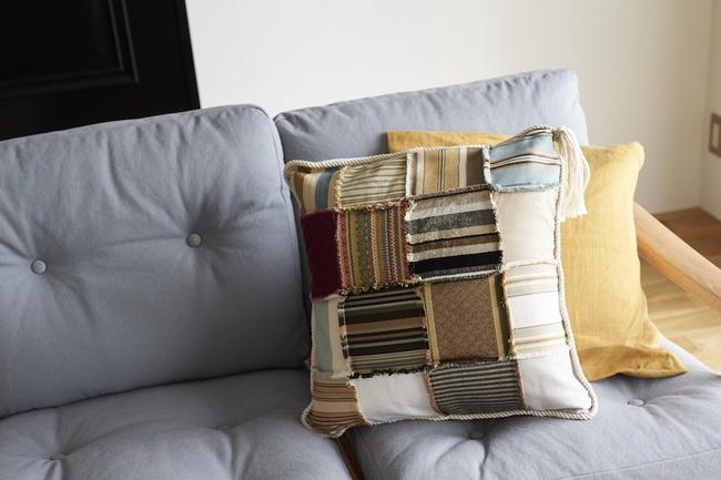 シンプルな二人掛けのソファに色味のあるクッション