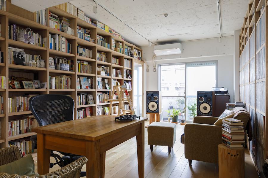 リビングには壁一面の収納を造作。右手はレコード、左手には本