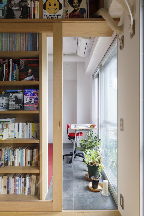 リビングと寝室の間には光を取り込むガラスの扉。一部はタイルを敷いてインナーテラスに