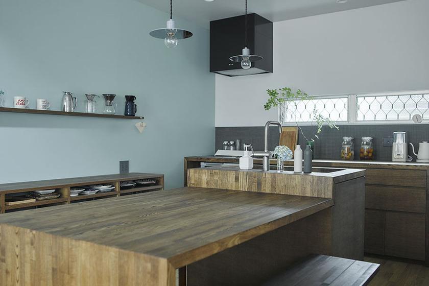 木で作ったオリジナルの家具のようなキッチン