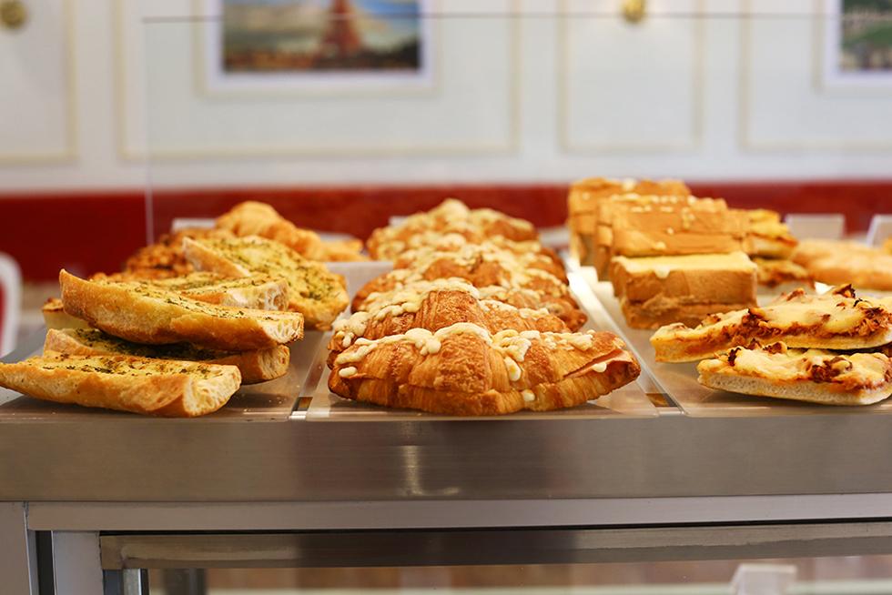 ガーリックブレッド、チーズクロワッサンなど。スリランカ人の好みに合わせてスパイシーな商品もある