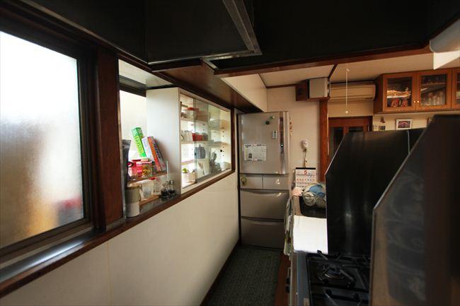 リフォーム前はシンクが窓側を向いていた。冷蔵庫は4代目