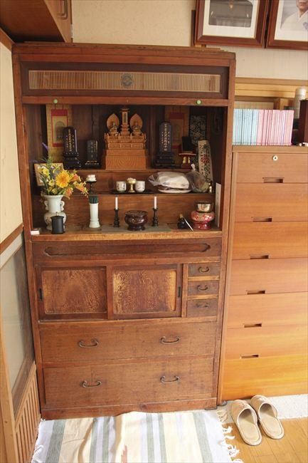 仏壇は家具・建具職人の義父の作。昭和25年、3男(3歳)を亡くした時に一心に作ったという