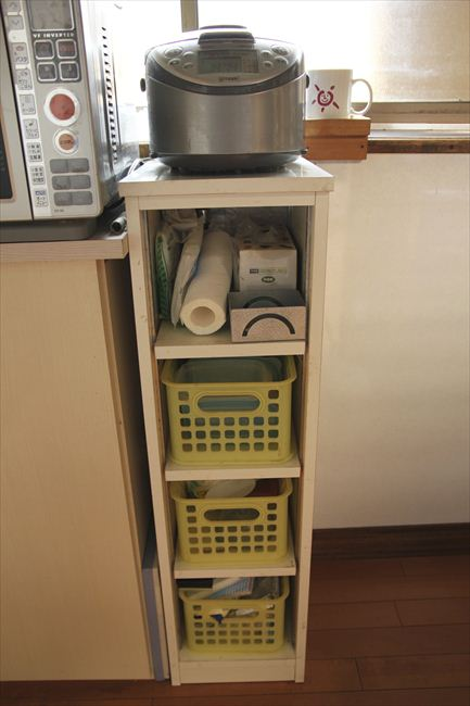 炊飯器は5合炊き。黄色いかごは水切りネット・保存容器などを入れている