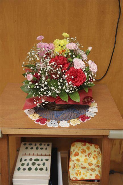 花束は娘からの母の日のプレゼント。ダイニングに飾っている