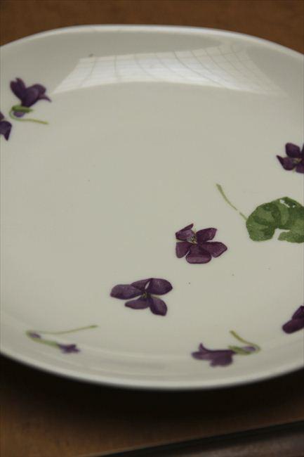 嫁入り道具で唯一残った皿。銀座の三愛で購入。すみれ柄が気に入っている
