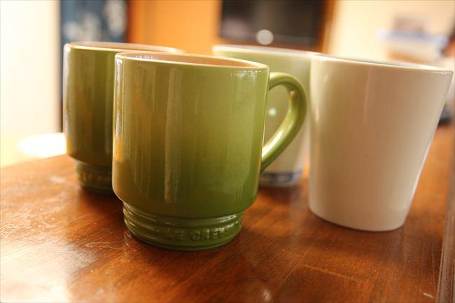 グリーンのル・クルーゼのマグが息子夫婦、左奥が夫、右奥が住人。食後にコーヒーを飲む