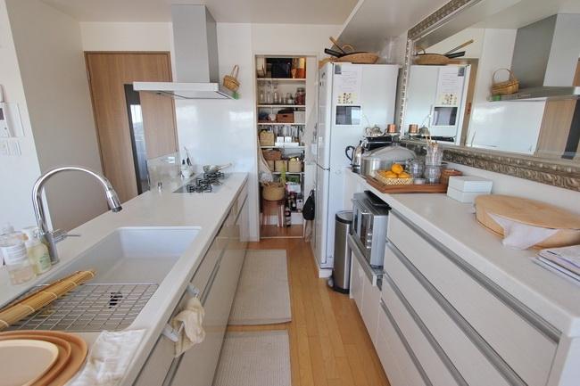 正面奥はパントリー。リフォームをした建築家の提案を採用。おかげで台所が広く使えてすこぶる便利