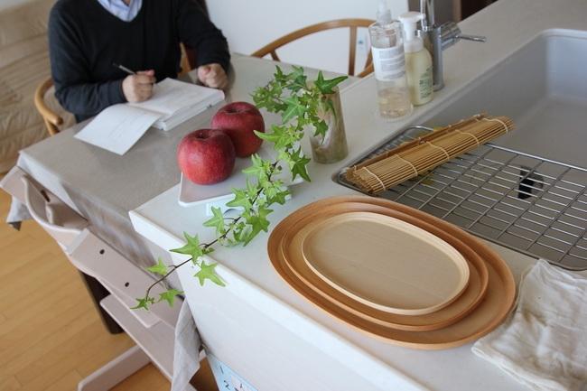サイズ違いのブナコのトレイは銘々皿として活用