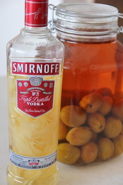 ウォッカで漬けた生姜はモスコミュール用。右は梅酒