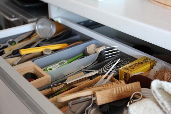 浅い引き出しは、カトラリー、料理道具など。料理道具は夫婦で相談してから買う