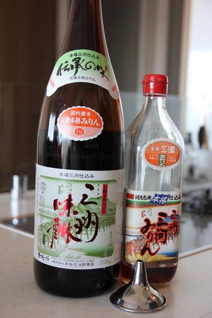 〈切らしたら困るもの〉三州三河みりん(角谷文治郎商店)。一升瓶で買ってじょうごで瓶にうつす。甘みがあってまろやか