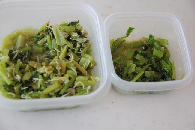 小松菜の胡麻和えとかぶの茎をジャコで炒めたもの。お弁当用。夫作
