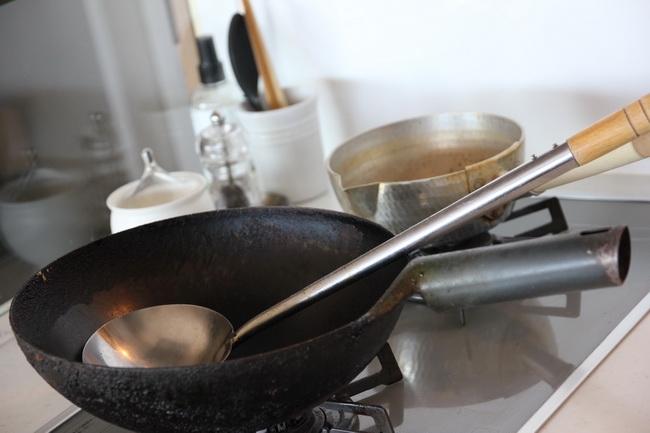 高校生のとき、父に買ってもらった照宝の中華鍋とお玉。20年愛用