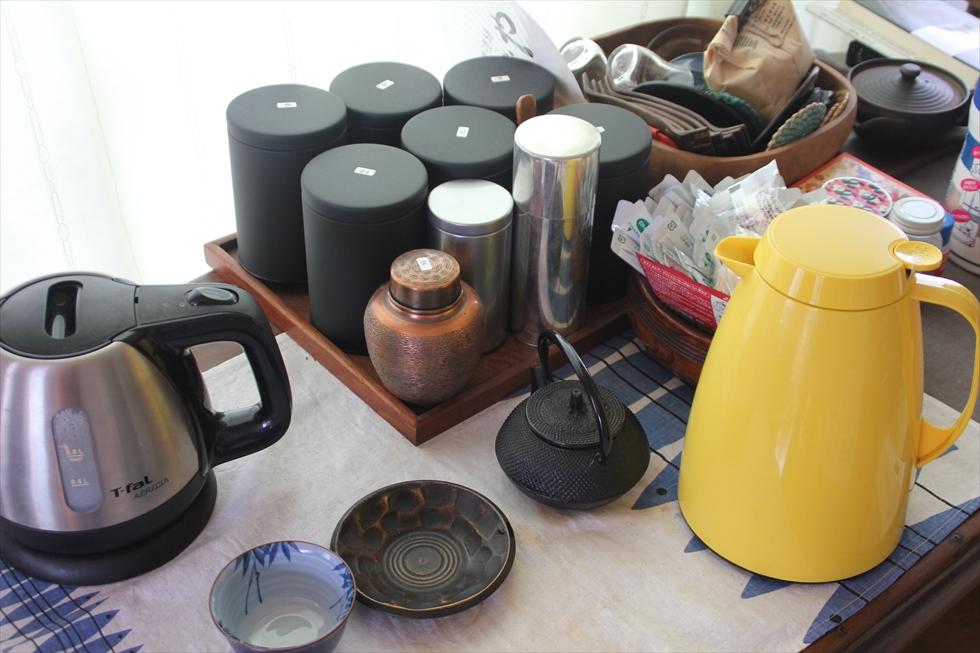 お茶好き。黒い缶は番茶、紅茶、玄米茶など。仕事中に飲む。黄色い保温ポットはAmazonで購入