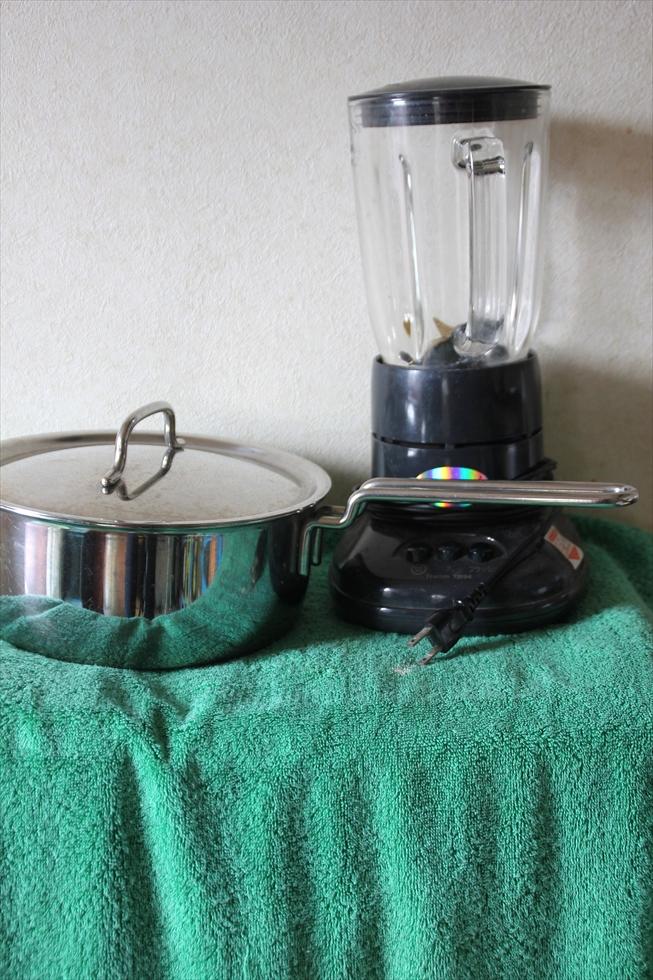 自作の棚にタオルで目隠し。中はカセットコンロ、大工道具、洗剤類。ジューサーでスムージーを作る