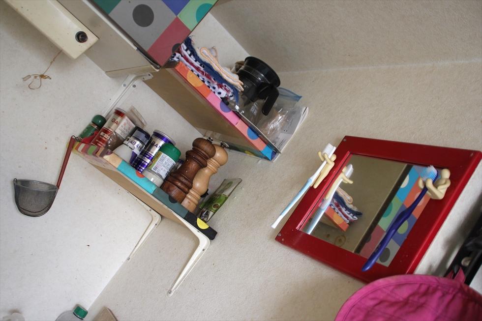 ユニットバスで洗面所が小さいので、台所で。歯ブラシの棚は自作