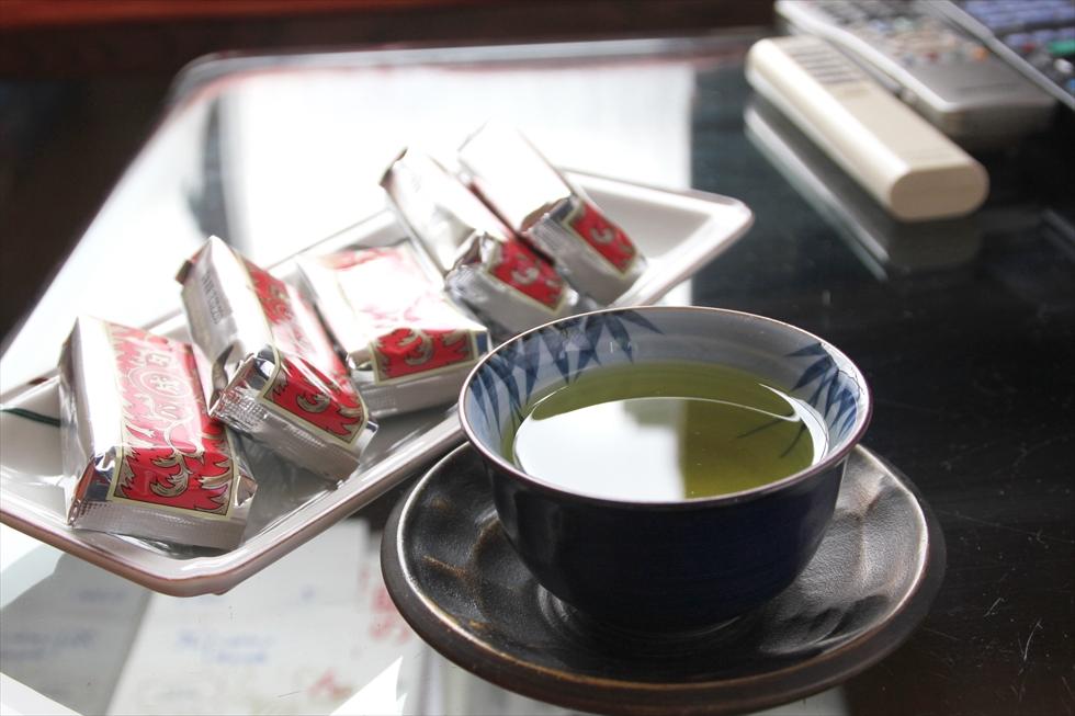 お茶とともに甘いものも好き。遊びに来る友だちが持ってくる。湯のみちゃわんは実家から