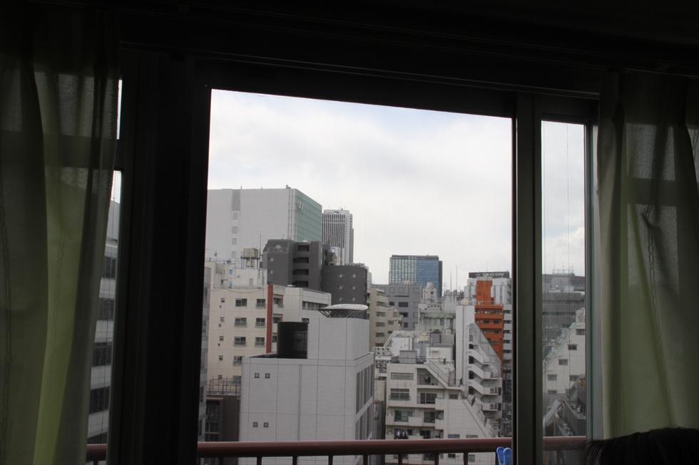 新宿の風景。ペントハウスなので夏は暑いが、もう慣れた