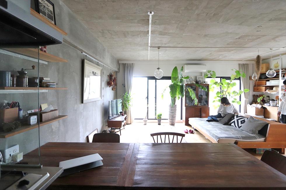 台所からリビングダイニングを望む。造作工事のテーブル・天板はチーク材にクリアニスを塗った