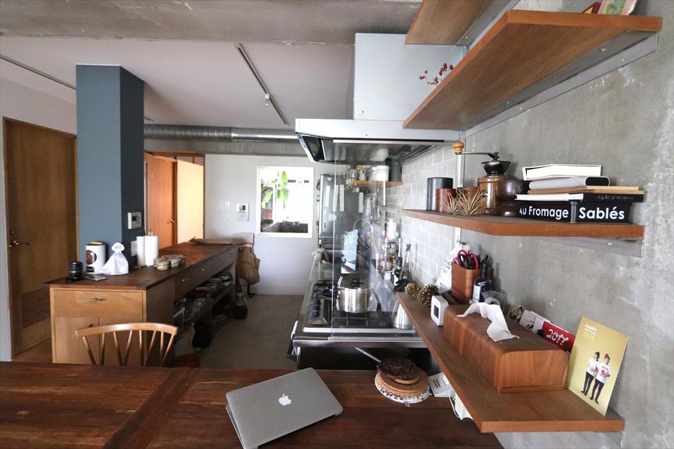 右の棚や台所の作業台は夫のデザイン