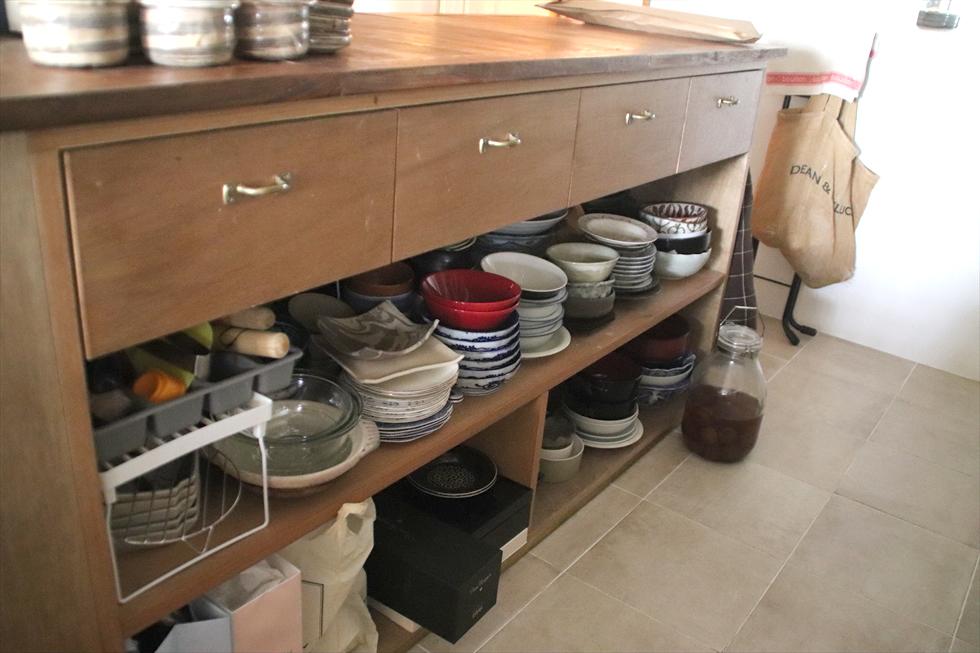 ほとんどの食器を収納。引き出しの取っ手は、真鍮(しんちゅう)金具専門店で購入。あとから自分でつけた