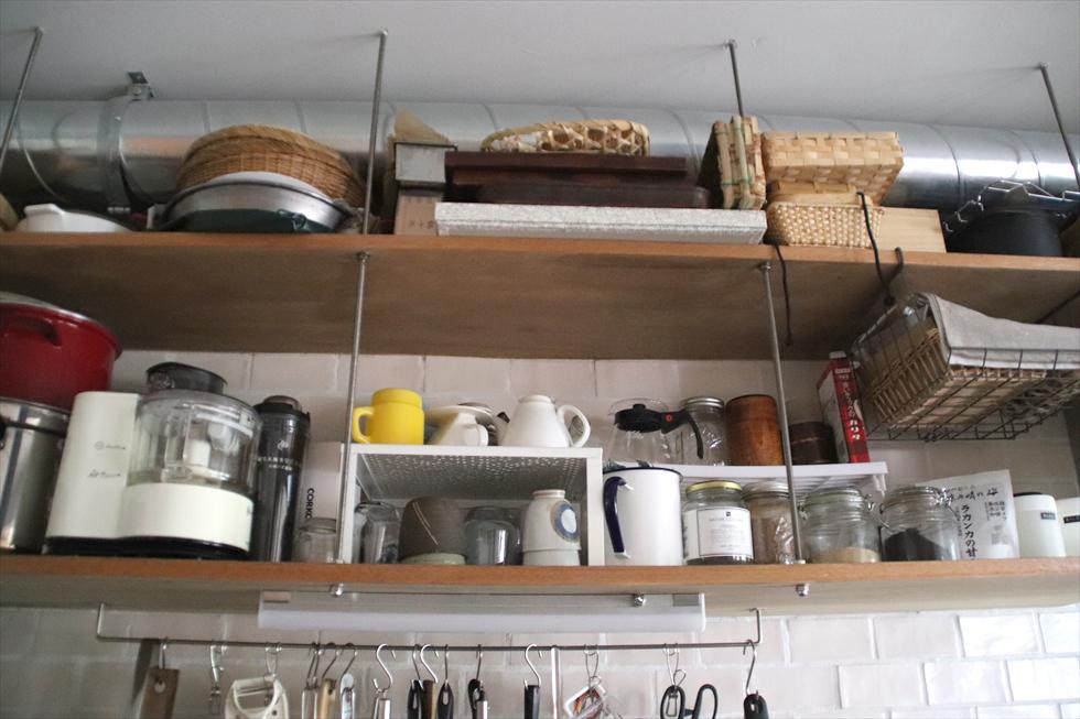 吊り戸棚下段は鍋、マグ、フードプロセッサーなどよく使うものを