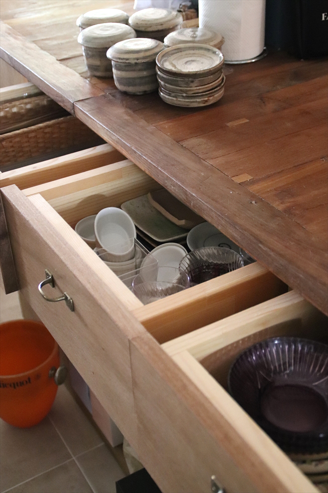 器が入るように深くした。来客が多いので、取り出しやすくしまいやすい収納に
