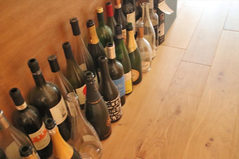 作業台の廊下側下。デザインが好きなボトルはここに。飲んだ人との思い出も蘇る