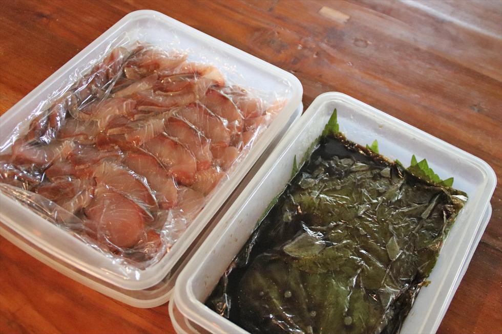 ぶりの昆布じめ(左)とえごまのにんにくしょうゆ漬け。ともに自家製。後者は薬味に