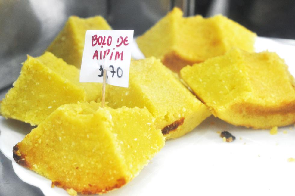 お芋で作るエキゾティックなお餅のようなケーキ「ボーロ・デ・アイピン」。アイピンとはキャッサバイモの別名。これを粉末にしたのがタピオカ粉でこれをベースに繊維状のココナツを混ぜ込む/南米・ブラジル
