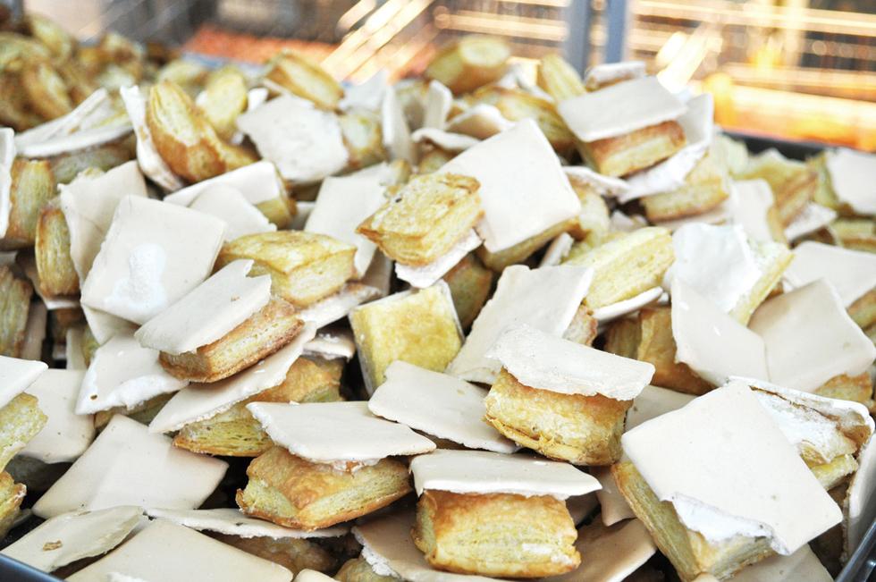 エクアドルのお菓子のロングセラーといえば「アプランチャドス」。ベースのパイ生地を焼いたあとにメレンゲを塗り再度オーブンで焼くためにできる独特のフォルム。塩気のあるパイ生地とメレンゲの甘さが絶妙。砂糖をまぶしたおせんべいのような味わい/南米・エクアドル