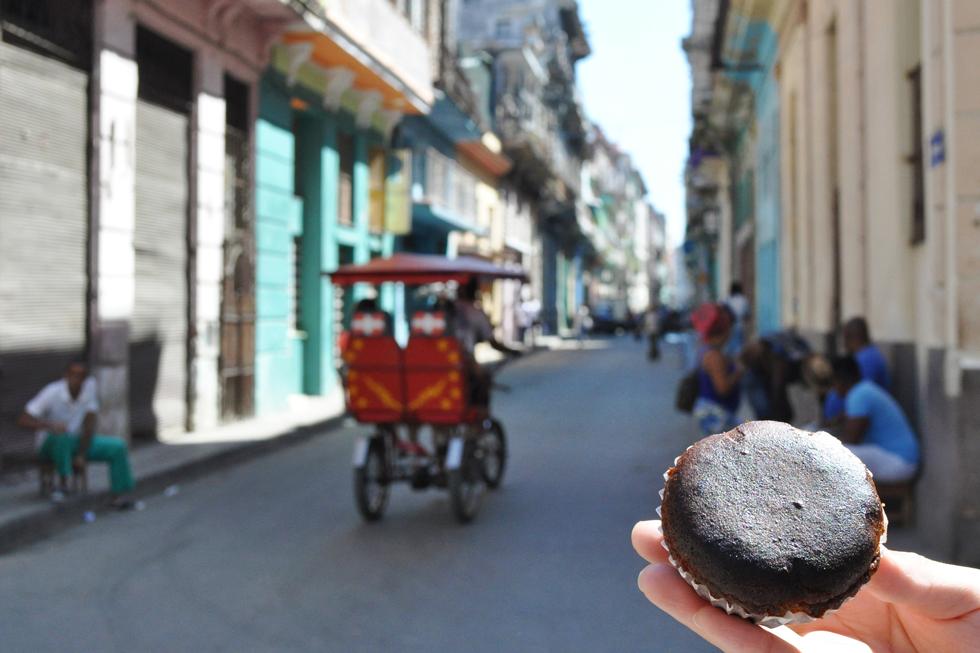 焼き上がりにシロップを染み込ませた、キューバの庶民的なマフィン「カベソテス」/中米・カリブ キューバ