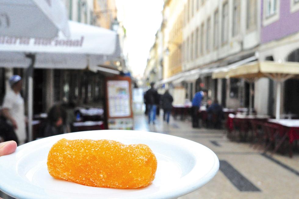 ポルトガルの製菓材料としてもかかせない「ドース・デ・オーヴォス」はそのままおやつとしても食べられます。甘い卵黄クリームにコーンスターチを加えて固形化し外側はうっすら糖衣がけ。その食感はきんつばのよう/ヨーロッパ・ポルトガル