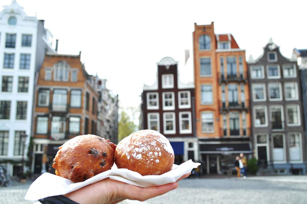 """""""油のボール""""を意味する「オリボーレン」はイースト菌で発酵させた揚げ菓子。手で軽く握っただけでつぶれてしまうほどエアリーで生地自体は甘さがほとんどありません。粉糖をたっぷりまぶして/ヨーロッパ・オランダ"""