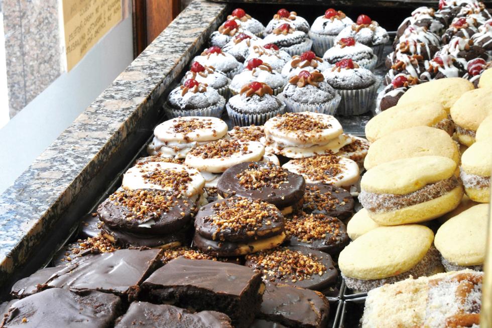 アラビア語で「挟む、包む」という意味を持つ「アルファフォーレス」。2枚のクッキー生地に南米版キャラメルクリーム(ドゥルセ・デ・レチェ)を挟んだものが基本的スタイル/南米・アルゼンチン
