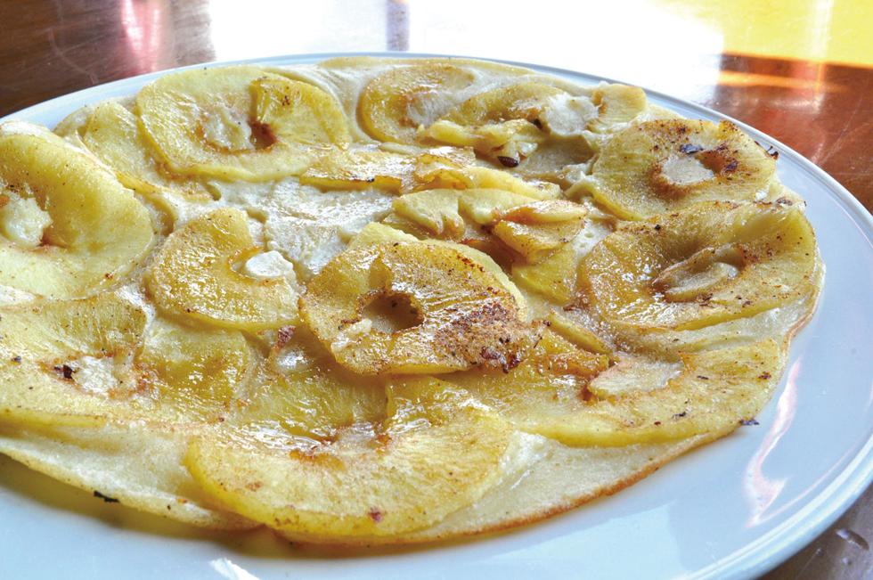 オランダ版パンケーキ「パンネクック」の生地はクレープとホットケーキの中間のような厚み。定番のリンゴ&バターから食事にもなるハム&ゴーダチーズまで種類は豊富/ヨーロッパ・オランダ