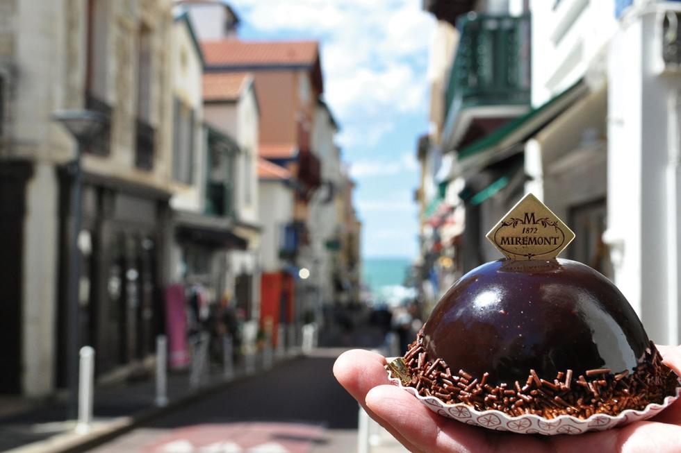 フランス側のバスク地方はベレー帽発祥の地。ベレー帽をそのままモチーフにしたお菓子が「ベレ バスク」。チョコレートのムースを基本にしつつ、中にフランボワーズを入れたりバリエーションは多彩/ヨーロッパ・フランス