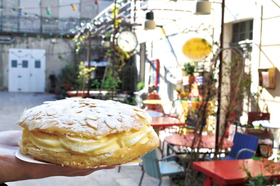 元々は名前もなかったこのお菓子はブリジット・バルドーがこよなく愛し「タルト・トロペジェンヌ(サントロペ娘のお菓子)」と命名したことから知名度を獲得したのだとか。ブリオッシュの生地に、オレンジフラワーウォーターや、時にはグランマニエなどのリキュールで香り付けしたシロップを染み込ませカスタードベースのクリームをサンドしたもの/ヨーロッパ・フランス