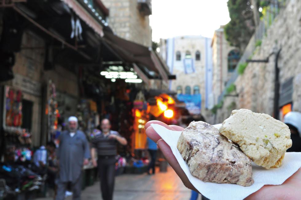 中東を代表するお菓子「ハルヴァ」。穀物やナッツに油脂と砂糖を加えて作られるものですが、世界には数百種類もハルヴァが存在するのだとか/中東・パレスチナ