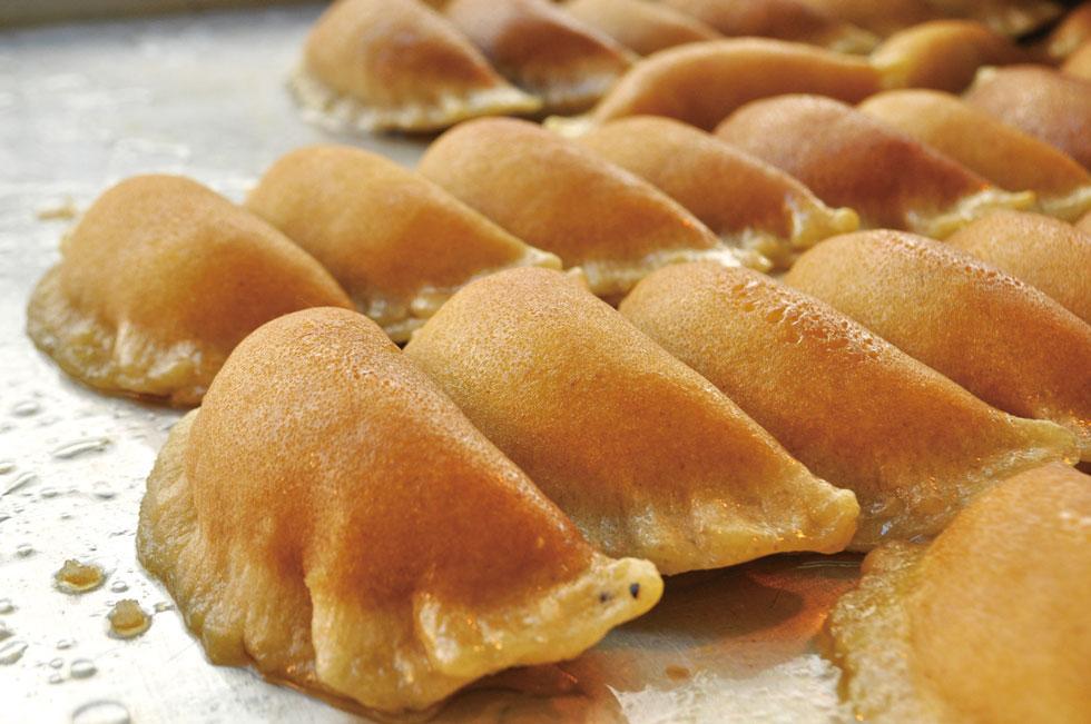 まわりは円形の柔らかいスポンジ生地で、中にナッツやクリームを入れて包み、油で揚げてからたっぷりのシロップに浸す「カターイフ」。イスラム教のイフタール(ラマダーンの日没後の最初の食事)の際にムスリムの人々が好んで食す、代表的なお菓子の一つです/中東・パレスチナ