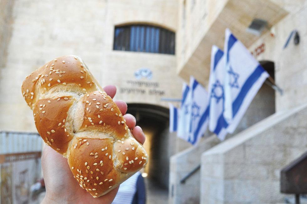 安息日にいただく神聖なパン「ハッラー」。安息日にはハッラーとワインとロウソクを食卓に並べ、家長が祈りを捧げ、ハッラーをナイフでカット。塩をつけて家族に配り、みんなで食べるのだとか/中東・イスラエル