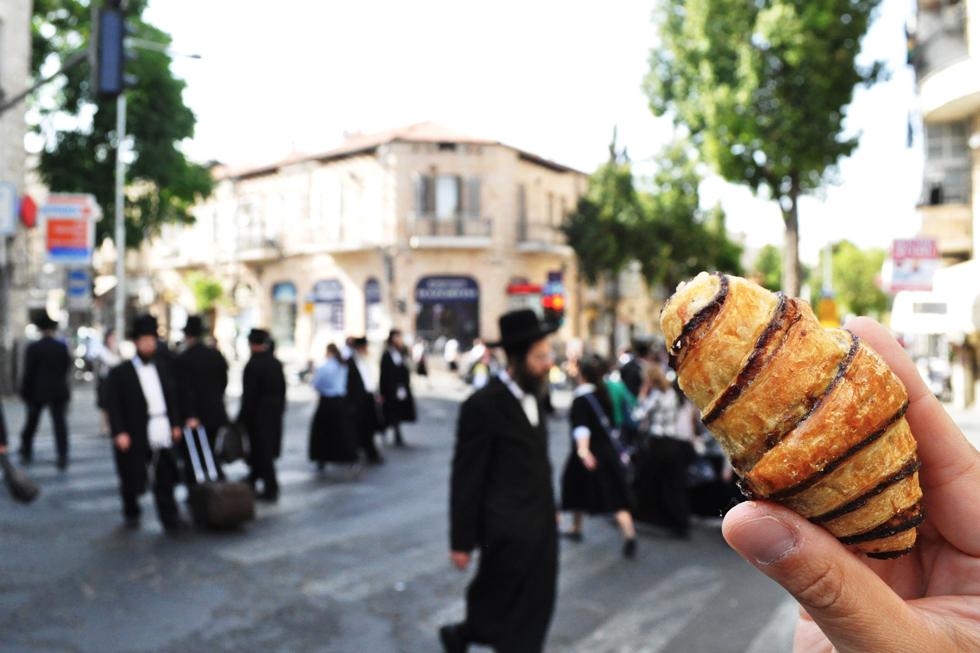 元々はユダヤ教の祭日用のお菓子「ルガラー」。これにニューヨークで暮らすユダヤ人がアレンジを加え、人気を博し、日常的に親しまれるようになったそう/中東・イスラエル
