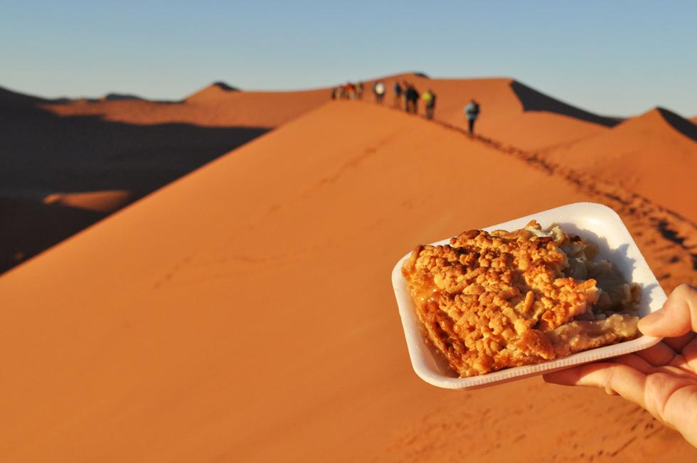 """ナミビアの「アップル・クランブル」。""""世界最古の砂漠"""" ナミブ砂漠にあるパティスリーでは、行列ができるほど人気のお菓子/アフリカ・ナミビア"""