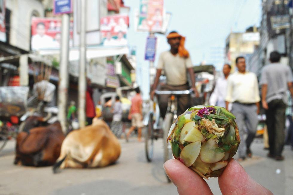 """インドで最も有名なお菓子「ラドゥ」。ベサン粉、セモリナ粉、穀物などの粉にギーと呼ばれる澄ましバターと砂糖を混ぜて丸めたものが基本。インドのお菓子は""""お供えもの""""として生まれ保存が効くものがほとんど/アジア・インド"""