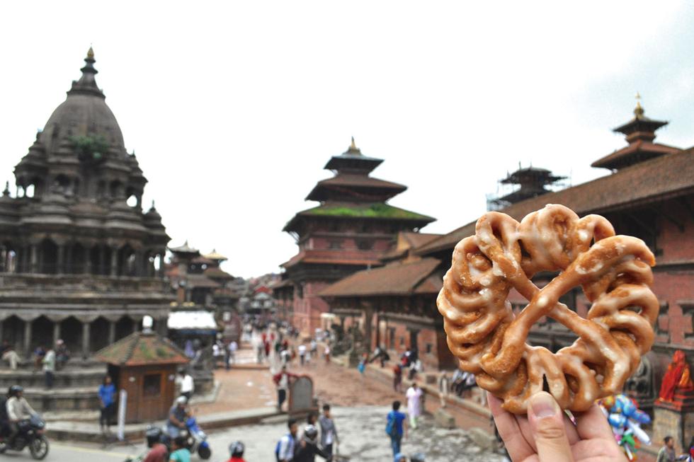 米粉と小麦粉をメインに使った揚げ菓子「ラカ・マリ」。昔は結婚式の招待状の代わりでもあったそう。味はかりん糖にそっくり/アジア・ネパール